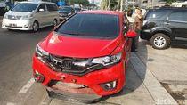 TransJ Tabrak Separator di Jl Sudirman, Satu Mobil Ikut Rusak