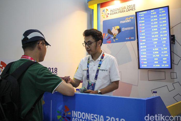 Mereka menukarkan uang rupiah untuk keperluan selama di Jakarta.