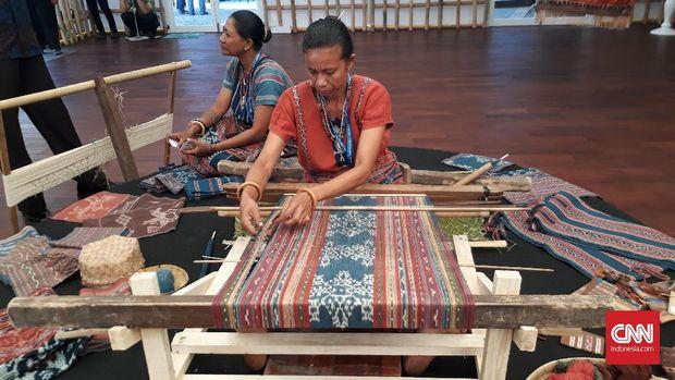 Selain memamerkan berbagai barang kerajinan, para pengrajin pun didaulat untuk menunjukkan kebolehan mereka.