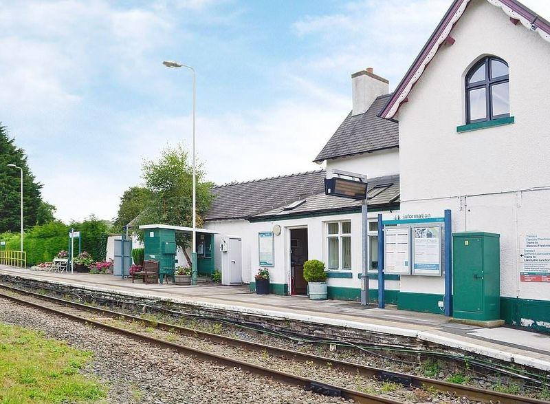 Inilah The Station House Tal-y-Cafn, sebuah penginapan unik yang menempati bangunan rumah kepala stasiun kereta zaman dulu. Letaknya di Conwy, sekitar 4 jam naik mobil dari Cardiff, ibu kota Wales. (cottages.com)