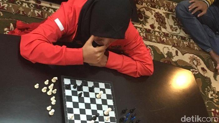 Miftahul jannah ketika menghadapi menpora Imam Nahrawi dalam catur. (Arief/detikSport)