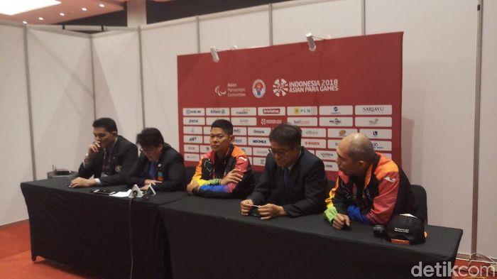 Raja Sapta Oktohari dan wasit judo menjelaskan kepada publik alasan pelarangan hijab ketika pertandingan. (Yanu Arifin/detikSport)