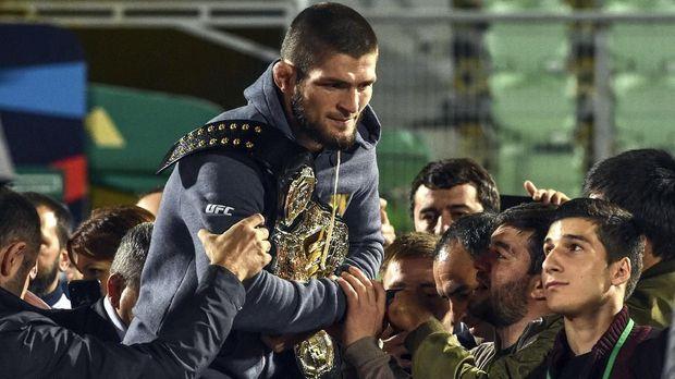 Khabib Nurmagomedov mempertahankan sabuk kelas ringan usai mengalahkan Conor McGegor di UFC 229. (