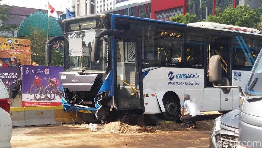 Bus Tabrak Separator di Jl Sudirman, TransJ: Tak Ada Korban