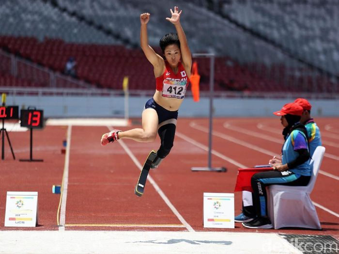Para Atlet Indonesia Evi Karisma melakukan lompatan dalam pertadingan lompat jauh Asian Paragames 2018 di Stadion GBK, Senayan, Jakarta, Selasa (9/10/2018). Evi meraih medali perunggu dalam lompat jauh kategori T42-44/61-64 dengan lompatan sejuah 4.03 meter, medali emas diperoleh para atlet Jepang Maya Nakanishi dengan lompatan 5.44 m sedangkan medali perak diraih para atlet Jepang Saki Takakuwa dengan lompatan 4.85 m.