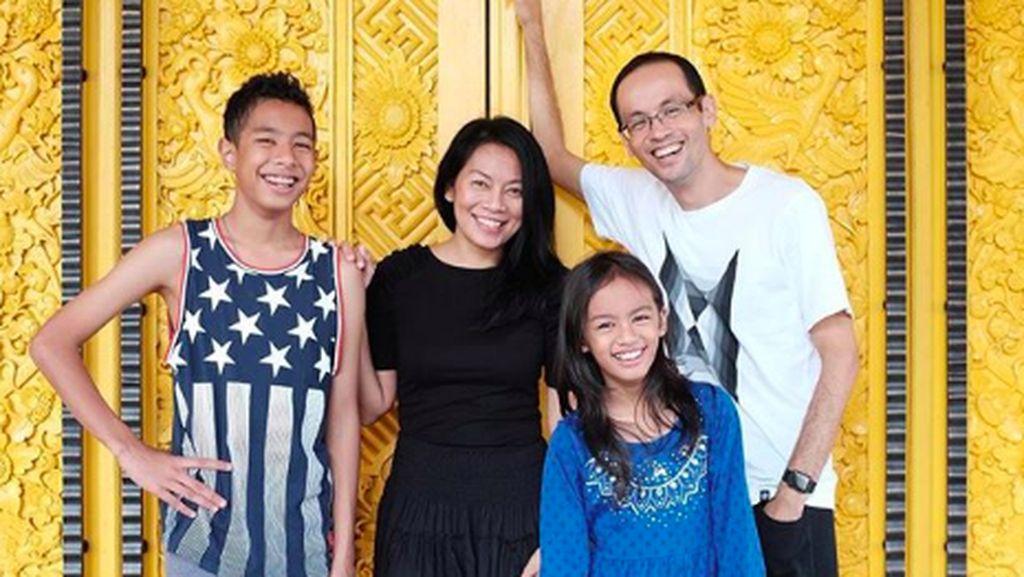 Potret Harmonis Keluarga Dewi Dee Lestari dan Reza Gunawan