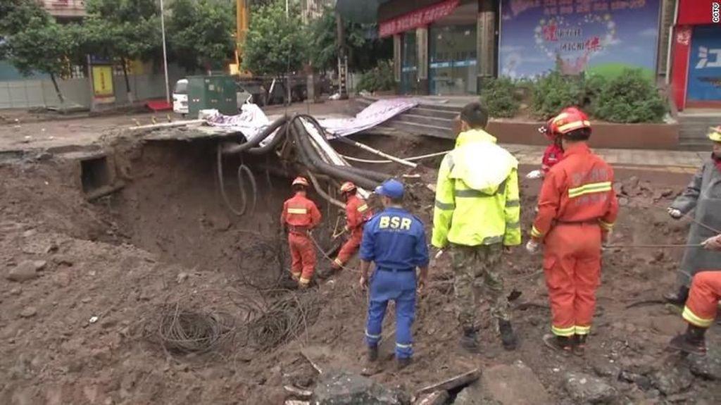 Penampakan Lubang Menganga yang Tewaskan 2 Orang di China