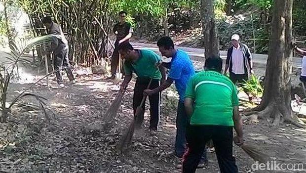 Warga yang peduli mulai membersihkan area sekitar sungai