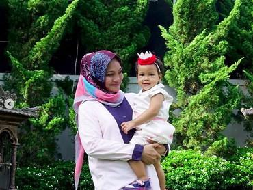 Bermain di taman bisa jadi bonding seru antara ibu dan anak, seperti Bunda Hanum dan Sarahza. (Foto: Instagram @hanumrais)