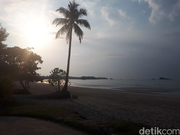Dari pantai ini, traveler bisa melihat menikmati senja. (Chaidir Anwar Tanjung/detikTravel)