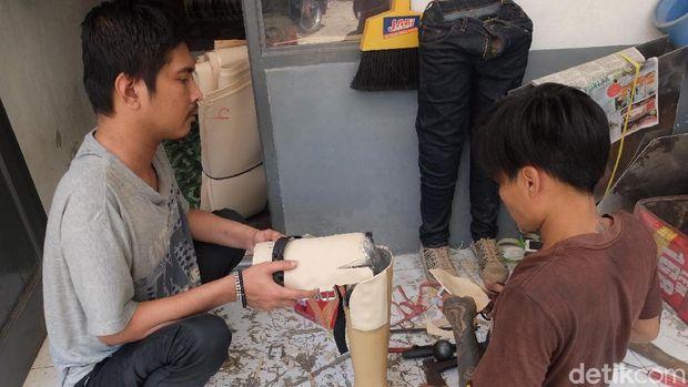 Indra Sumedi penyandang disabilitas pembuat kaki dan tangan palsu