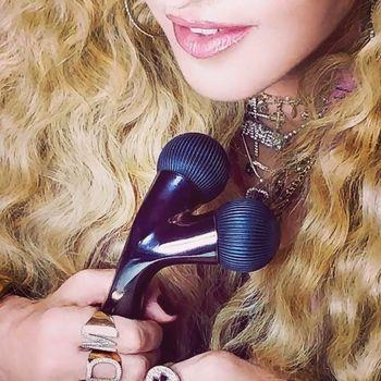 Alat facial Madonna disebut netizen mirip mainan seks.