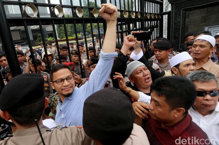 Putra Amien Rais, Hanafi Rais hadir diantara massa aksi kawal Amien Rais di Polda Metro Jaya, Jakarta. Hanafi hadir untuk mendampingi pemeriksaan sang ayah.