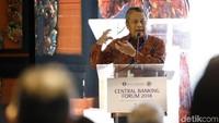 Gubernur Bank Indonesia (BI) Perry Warjiyo berpidato di acara Central Banking Forum 2018.