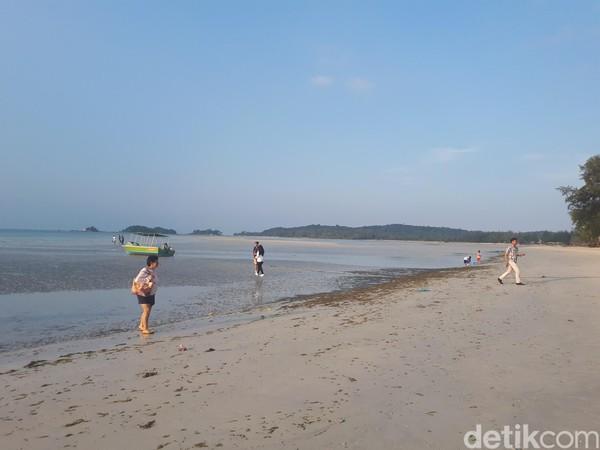 Kawasan pantai Lagoi terlihat apik, walau hempasan ombaknya tidak terlalu kencang. Pantai berpasir bak umumnya kawasan wisata lainnya, saat itu tengah surut. (Chaidir Anwar Tanjung/detikTravel)