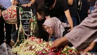 Bisikan Anak Indro Warkop di Pemakaman Ibunda