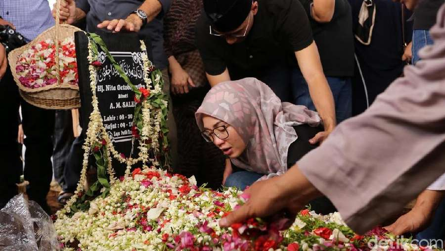 Pemakaman Istri Indro Warkop
