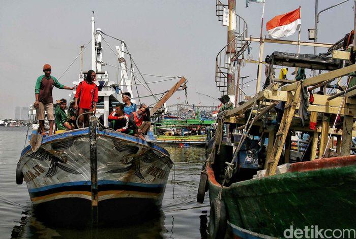 Sejumlah nelayan beraktivitas di Pelabuhan Muara Angke, Jakarta Utara, Rabu (10/10/2018).