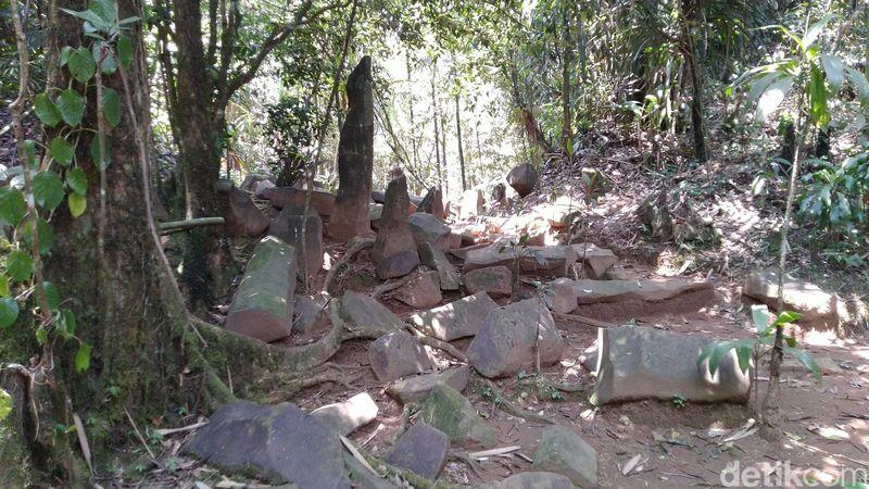 Situs Budaya Batu Panjang di Desa Cibeureum, Sukamantri, Kabupaten Ciamis, adalah peninggalan zaman prasejarah. Namun ada cerita mitos yang melekat di masyarakat sampai sekarang. (Dadang Hermansyah/detikTravel)