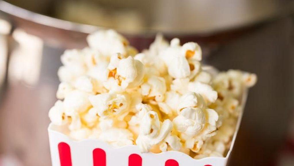 Anak-Anaknya Tak Datang, Kakek Ini Bagikan Popcorn dan Minuman Gratis