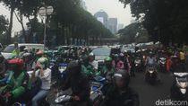 Massa Aksi Kawal Amien Rais Penuhi Polda Metro, Lalin Macet