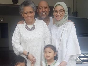 Joy, Oma, Bunda, dan si kecil Alya serta Kiya kembaran pakai baju bernuansa putih. Cantik-cantik deh semuanya. (Foto: Instagram/ @hada9)