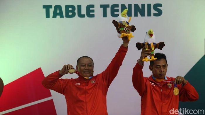 Agus Sutanto dan Totok Hardiyanto meraih medali emas ganda putra tenis meja TT-45 di Ecovention Ancol, Rabu (10/10). (Agung Pambudhy/detikSport)