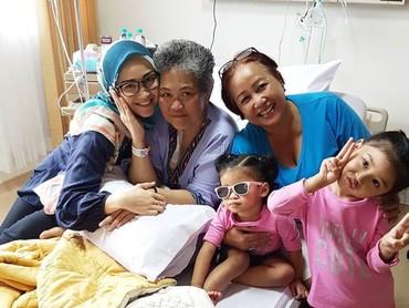 Menemani Oma di RS, Kiya tetap bergaya rupanya. Menggemaskan! (Foto: Instagram/ @hada9)
