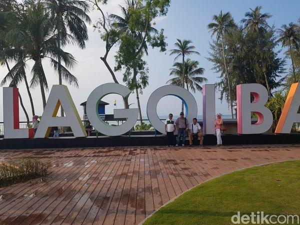Tulisan raksasa Lagoi Bay dengan warna warni menjadi andalan para pengunjung sebagai momen kenang-kenangan pernah singgah di sana. (Chaidir Anwar Tanjung/detikTravel)