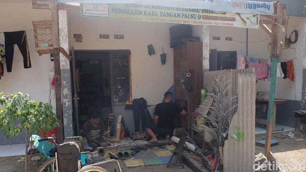 Bengkel pembuatan kaki dan tangan palsu Indra Sumedi