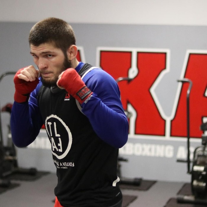 Pemilik nama lengkap Khabib Abdulmanapovich Nurmagomedov ini adalah seniman bela diri campuran. Pria berdarah Rusia ini juga dinobatkan sebagai juara dunia UFC. Foto: instagram @khabib_nurmagomedov