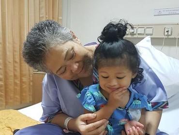 Buat seorang nenek yang sedang sakit dan dirawat di RS seperti mendiang Anthy, kehadiran sang cucu bisa jadi hiburan tersendiri. (Foto: Instagram/ @hada9)