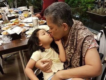 Kecup sayang Alya untuk oma tercinta. (Foto: Instagram/ @hada9)