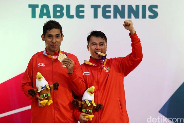 Para atlet Indonesia David Jacobson dan Komet Akbar berhasil meraih medali emas dari cabang olahraga tenis meja nomor ganda putra TT 10.