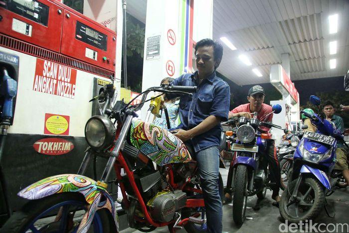 Sejumlah warga mengantre BBM di SPBU Jalan Tongkol, Tanjung Priok, Jakarta Utara, Rabu (10/10).