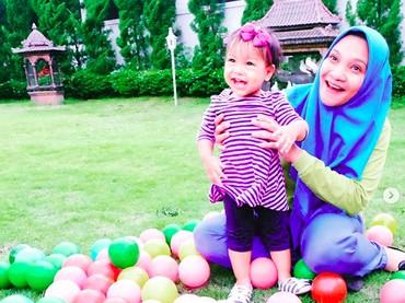 Bermain bola-bola di taman seru banget ya. (Foto: Instagram @hanumrais)
