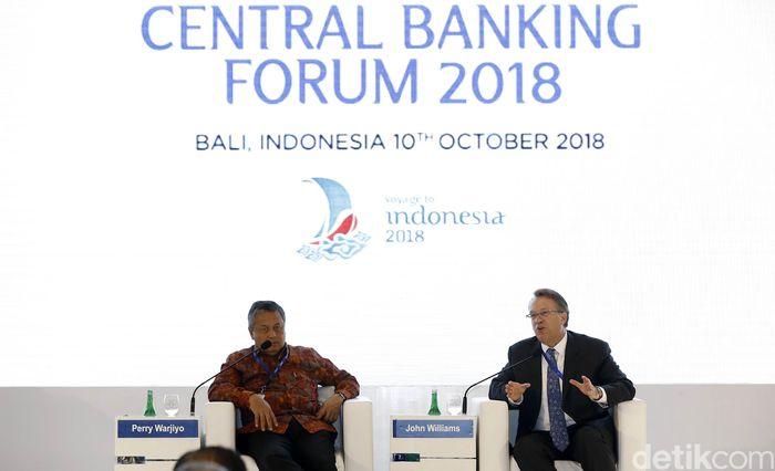 Presiden dan CEO Federal Reserve of New York John Williams (kanan) dan Gubernur Bank Indonesia (BI) Perry Warjiyo menghadiri acara Central Banking Forum 2018 di Hotel Conrad, Benoa, Bali (10/10/2018).