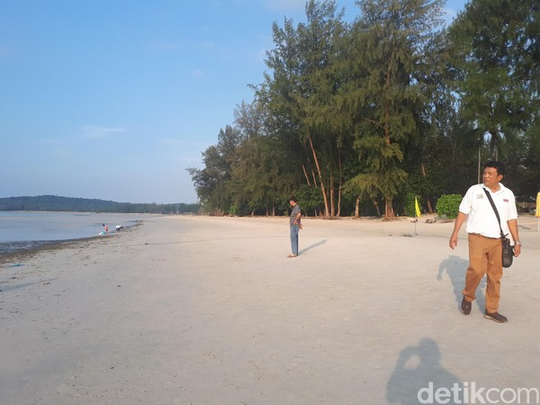 Kawasan pantai Lagoi lainnya memang tidak sebebas lokasi pertama ini. Ada kawasan pantai dengan fasilitas hotel berbintang, anda hanya diizinkan masuk bila menginap di sana. (Chaidir Anwar Tanjung/detikTravel)