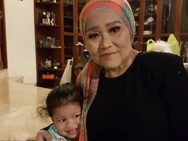 Cucu dan oma sama-sama cantik nih. (Foto: Instagram/ @hada9)