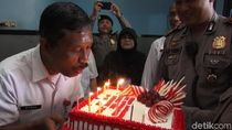 So Sweet! Pengidap Gangguan Jiwa Disuapi Polisi di Hari Spesial