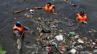 Petugas Berjibaku Bersihkan Sampah di Kanal Barat Penjaringan