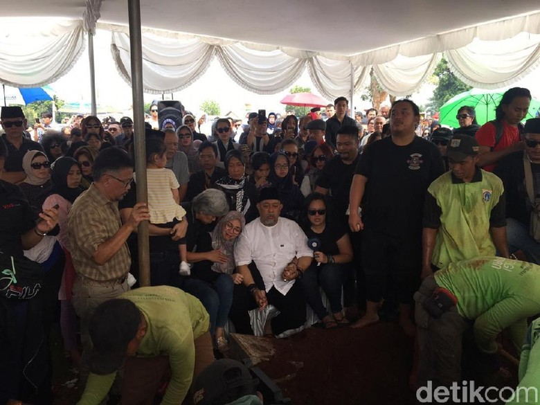 Ratusan Pelayat Antar Istri Indro Warkop ke Pemakaman