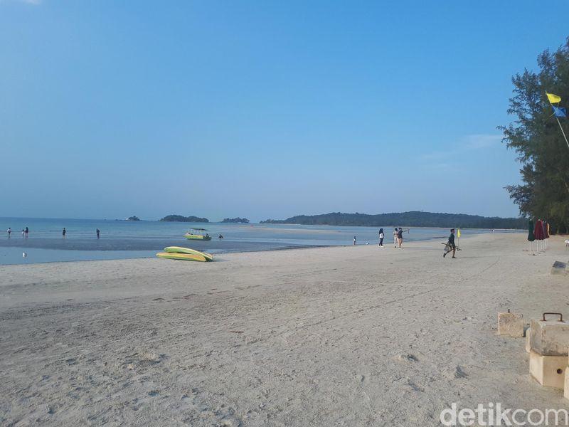 Pantai Lagoi di Pulau Bintan Provinsi Kepri namanya sudah lama tersohor di dunia internasional. Pantainya yang berada sejajar di Selat Malaka itu ramai dikunjungi wisatawan asing lewat pintu masuk Singapura. (Chaidir Anwar Tanjung/detikTravel)
