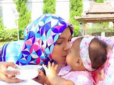 Muach! Kecupan sayang dari Bunda Hanum Rais untuk Sarahza. (Foto: Instagram @hanumrais)