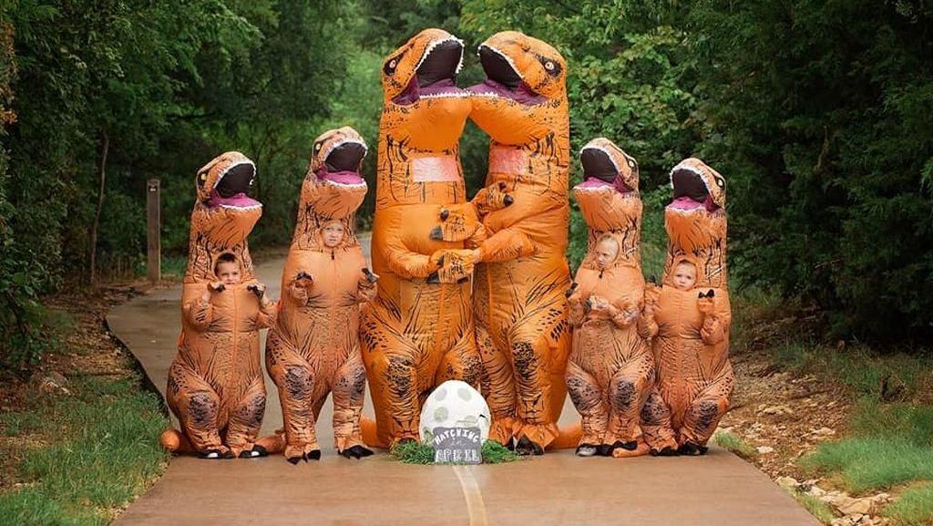 Unik! Umumkan Kehamilan Ibu, Sekeluarga Pakai Kostum Dinosaurus