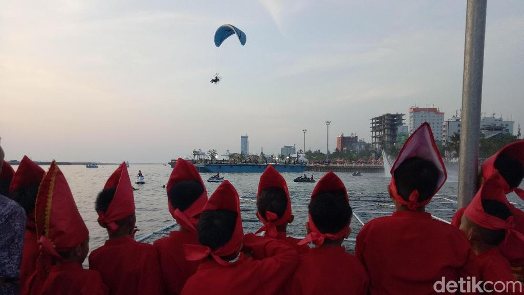 Pertunjukan International Eight Festival di Atas Laut Makassar