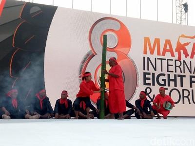 Seru! Atraksi Bambu Gila di International Eight Festival