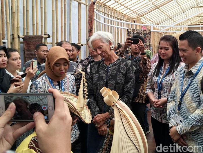 Managing Director International Monetary Fund (IMF) Christine Lagarde siang ini berkesempatan mengunjungi Paviliun Indonesia di Nusa Dua, Bali.