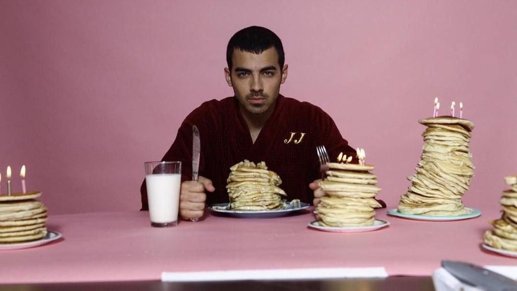 Penggemar Beefsteak, Ini Sederet Pose Keren Joe Jonas Saat Kulineran
