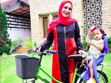 Mau naik sepeda ke mana Sarahza dan Bunda Hanum Rais? (Foto: Instagram @hanumrais)